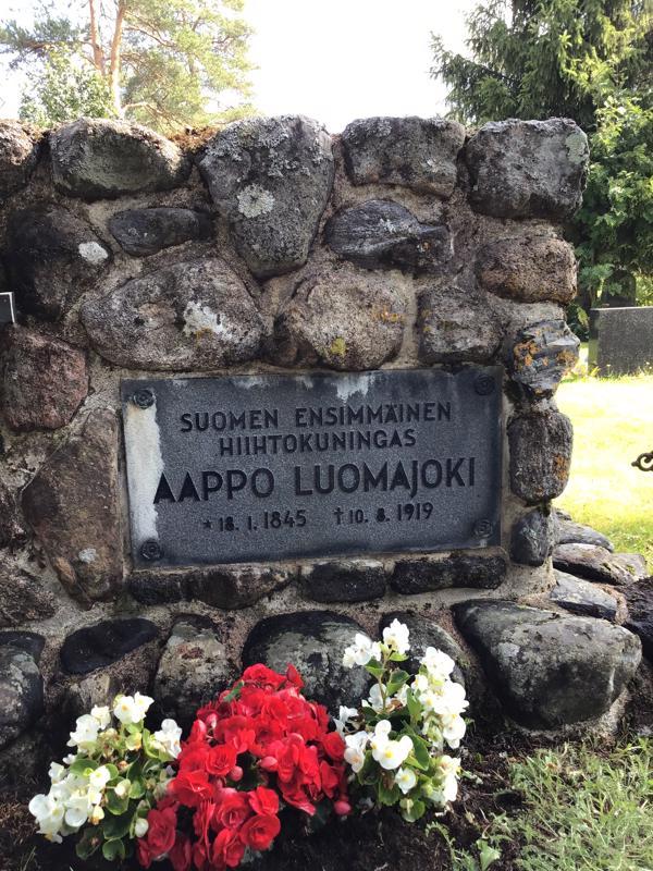Aappo Luomajoelle pystytettiin muistomerkki Kärsämäen hautausmaalle vuonna 1958. Tilaisuuteen osallistui iso joukko Haapaveden hiihtoveteraaneja.