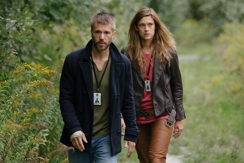 Krista Kosonen ja Nicolai Cleve Broch ratkovat rikoksia muinaisnorjalaisten keskuudessa HBO:n aikamatkasarjassa Beforeigners.