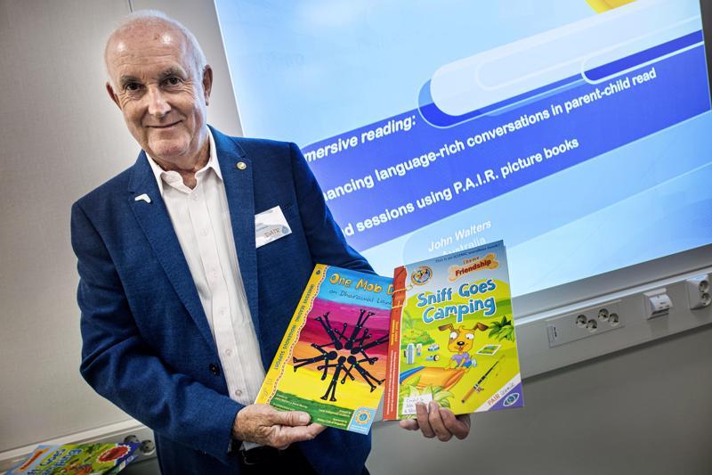 Kirjoja teksteillä ja pelkillä kuvilla. John Walters on australialainen tutkija ja kouluttaja. Maanantaina hän puhui Kokkolan Torkinmäen koululla alakoulujen ja varhaiskasvatuksen henkilökunnalle.