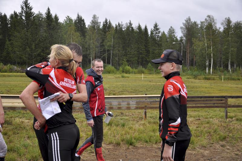 Voittajat. Vetelin joukkue oli maalissa vastassa ankkuri Ari-Pekka Lassilaa, joka ratkaisi viestin voiton.