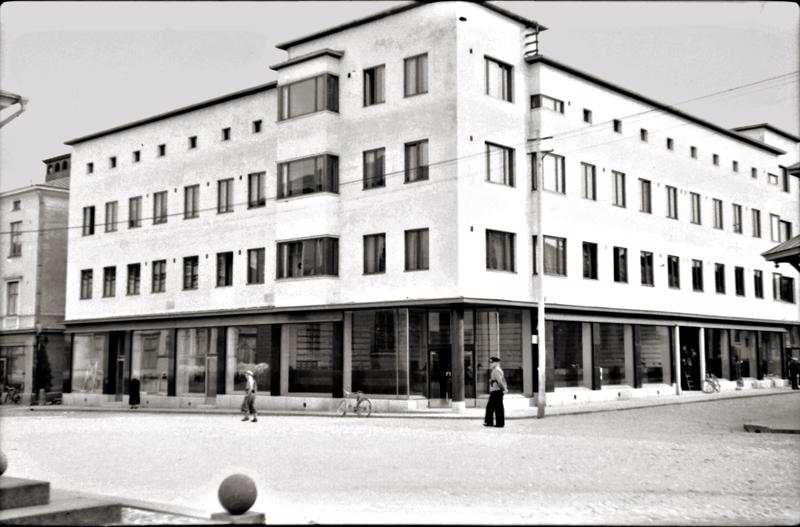 Yrittäjäjärjestöä aktiivisesti 1930-luvun lopulla puuhannut  Joel Sandvist piti yhtä maakunnan ensimmäisistä valintamyymälöistä tässä rakennuksessa Kokkolassa Isonkadun ja Torikadun risteyksessä vuodesta 1940 alkaen.