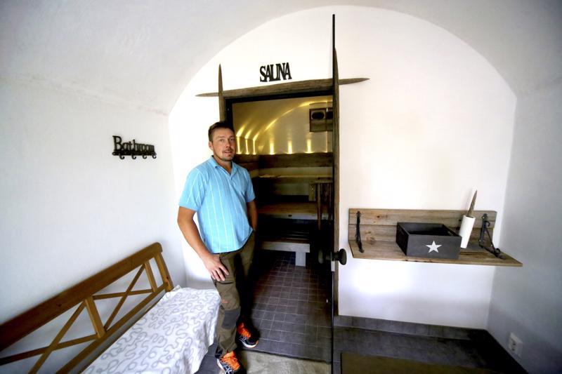 Ville Kalliokosken holvisaunassa on vajaa parikymmentä neliötä tilaa. Sauna lämpeää monta kertaa viikossa.