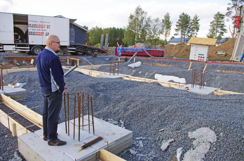 Katsastaja ja yrittäjä Kari Koski seuraa, miten hänen tulevalle työpaikalleen Sievissä porataan kalliolämpöä.