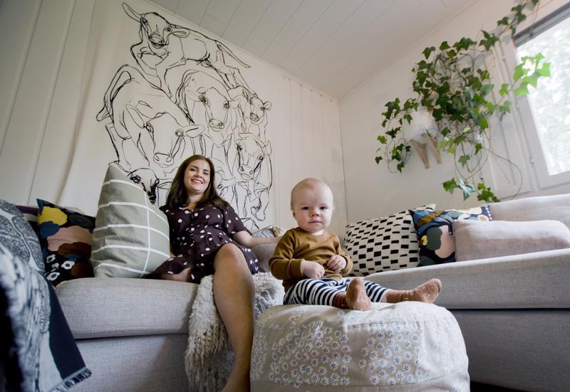 Tiina Översti luottaa olohuoneessa vaaleisiin sävyihin, Marimekkoon ja huonekasveihin.