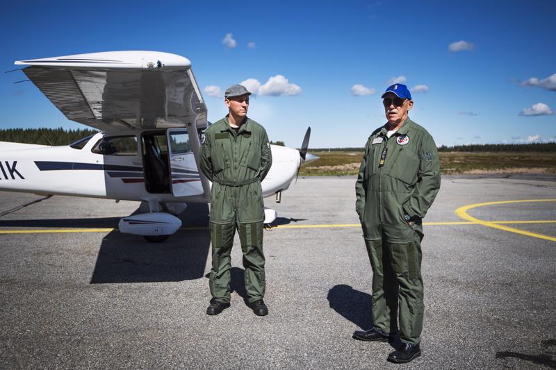Kokkolan ilmailukerhon Henri Leppänen ja Göran Sandström esittelivät kerhon Cessna-konetta Keskipohjanmaalle kesäkuussa.