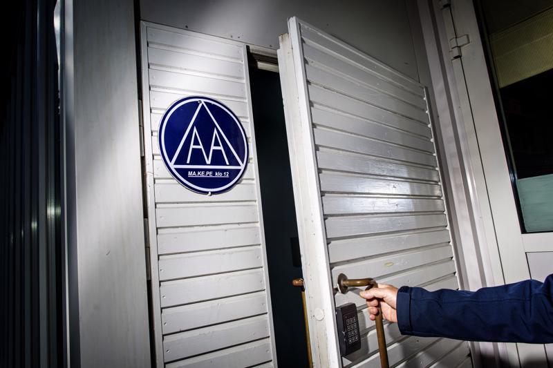 AA-ryhmien kokoukset ovat luonteeltaan yksinkertaisia. Niissä osallistujat jakavat toisilleen kokemuksiaan kierrättäen puheenvuoroja osallistujalta osallistujalle. Ryhmänjohtajia kokouksissa ei ole.