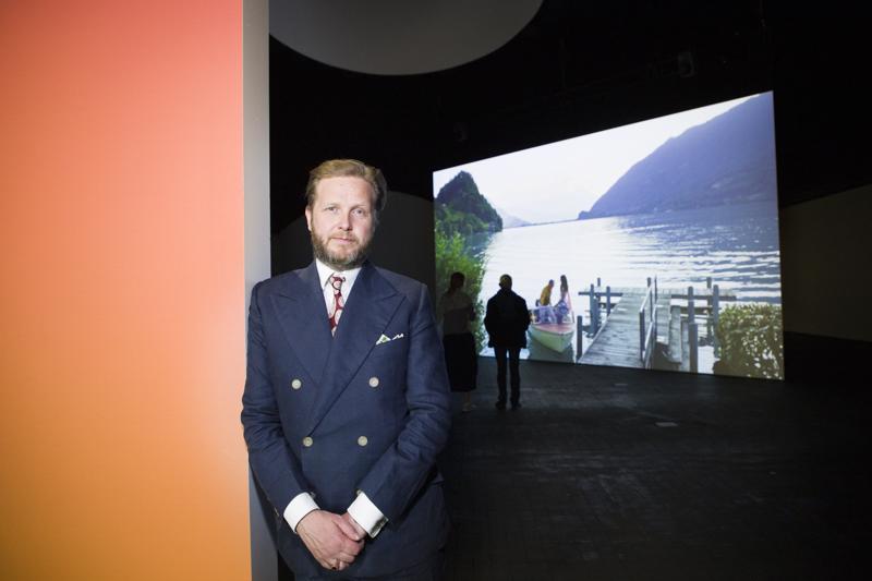 Kiitos, kippis, minä rakastan sinua, vuoden 2019 Ars Fennica -palkinnon voittaja, islantilainen Ragnar Kjartansson aloitti kiitospuheensa. Lakoninen huumori on läsnä puheiden lisäksi taiteilijan useimmissa teoksissa.