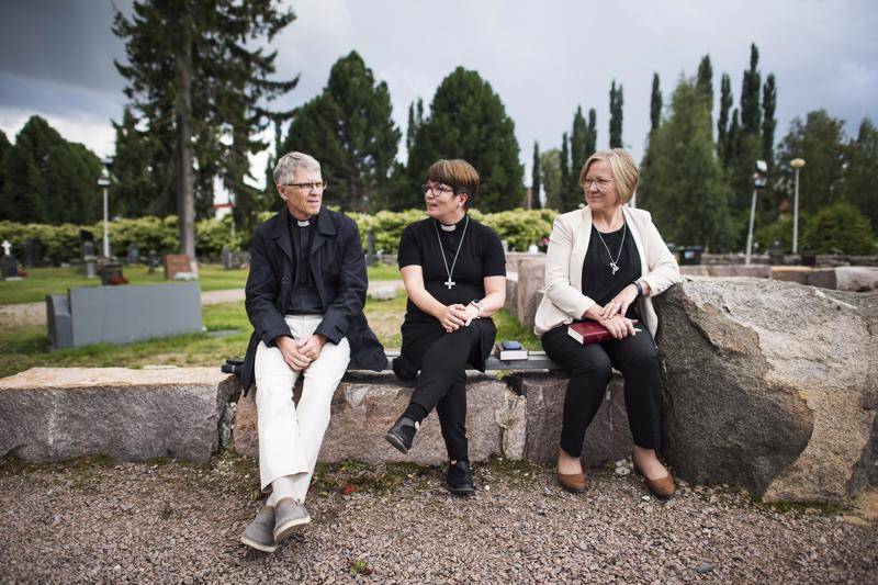 Ylivieskan edellinen kirkkoherra Timo Määttä, nykyinen kirkkoherra Eija Nivala ja kanttori Eeva Korhonen pitivät kiitoshartauden Ylivieskan kirkon raunioilla.