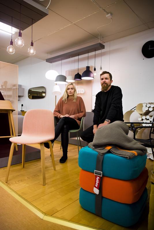 Pia Linnakangas ja Samu Peltola keskittyvät Nivalan Laatukalusteen verkkokaupan pyörittämiseen.