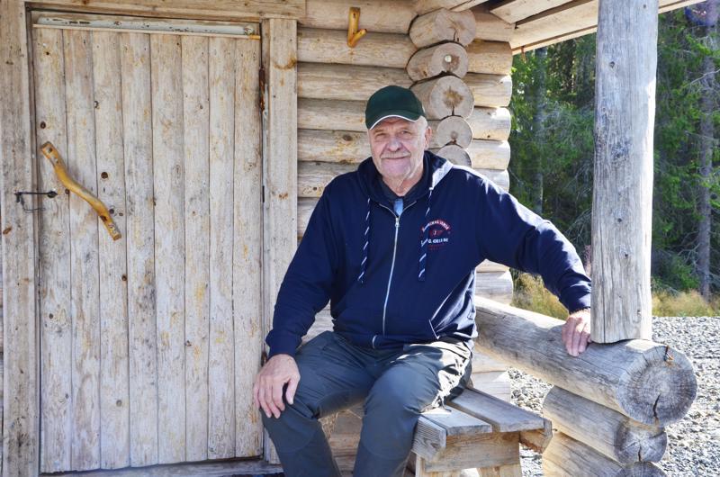 Ojakylän hirvi-isantä Erkki Myllylä sanoo, että metsään voi rauhassa mennä poimimaan marjoja myös hirvenmetsästyksen alkaessa. Me kaikki mahdumme sinne, eikä metsästäjistä ole vaaraa, hän toteaa.