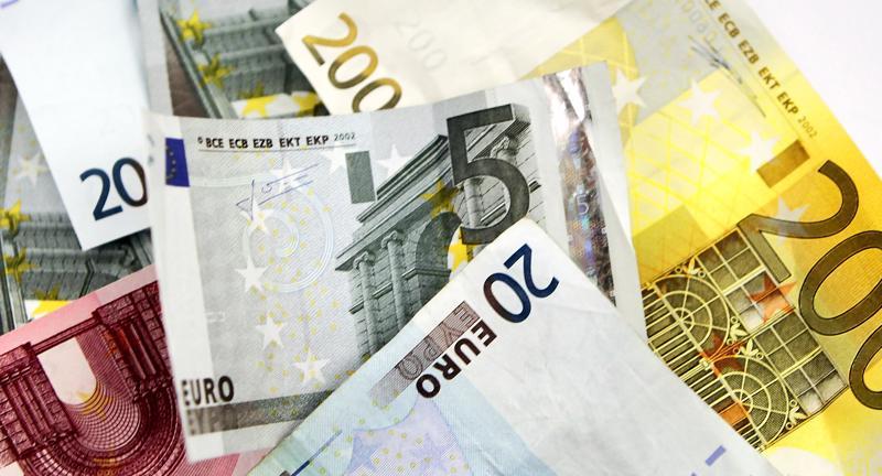 Euro vaikutti Suomen talouskehitykseen suotuisasti verrattuna euroon kuulumattomiin verrokkimaihin nähden ennen finanssikriisiä. Vuoden 2008 jälkeen tilanne on ollut päinvastainen.