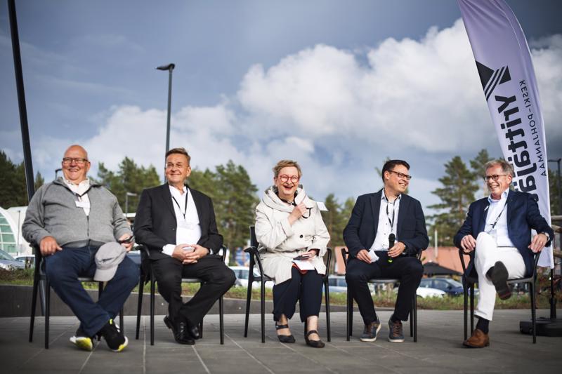 Juha Rahkola, Kimmo Hanhisalo, Tiina Ojutkangas, Janne Anttila ja Jyrki Mäkynen pohtivat paneelikeskustelussa yrittäjyyttä nyt ja tulevaisuudessa.