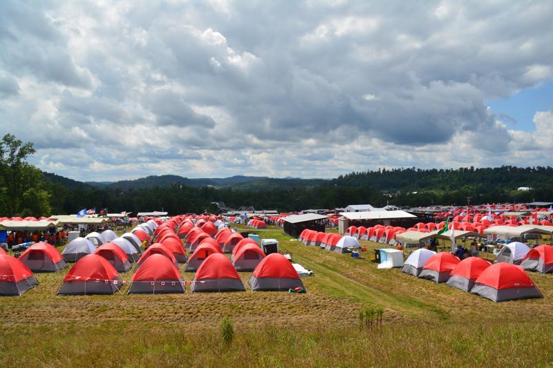 Leiriläiset nukkuivat leirillä kahdenhengen teltoissa, joiden väri määräytyi alaleirin mukaan.