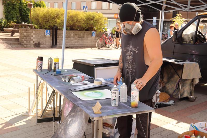 Myllyaukiolla veti taidetyöpajaa viime vuonna spraymaalitaiteilija Tero Kivelä.