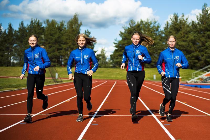 Kauden päätavoitetta kohti. Anni Niku (vas.), Emma Mäkinen, Iida Rautio ja Liinu Tiainen juoksevat ensi viikolla ikäluokkansa kärkinimiä vastaan.