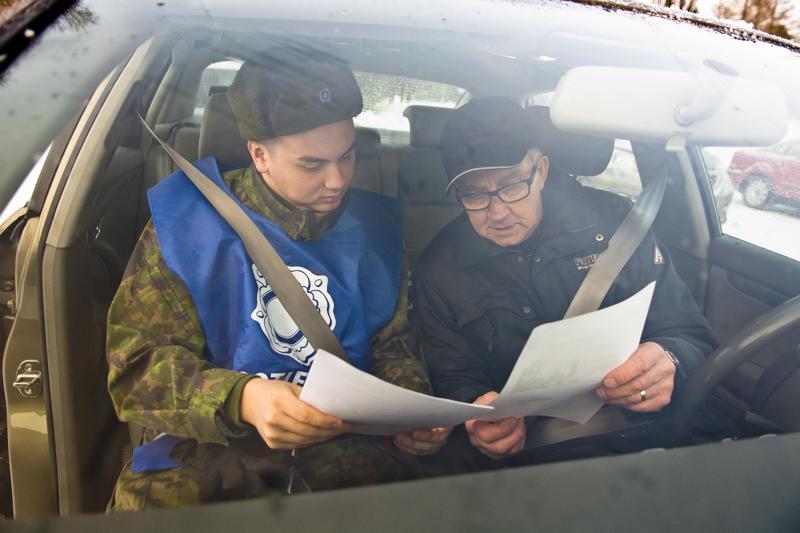 Veteraanikeräykseen osallistuvia varusmiehiä kyyditsevät Perhonjokilaakson paikkakunnilla vapaaehtoiset.