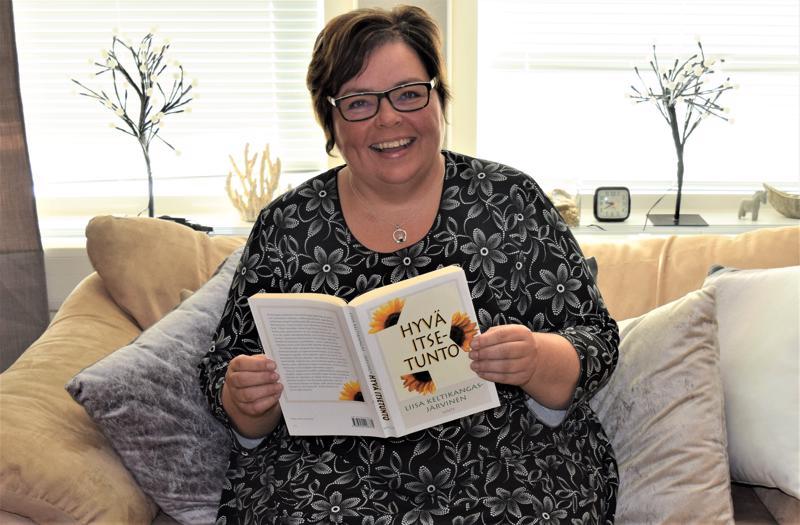 Kognitiivinen psykoterapeutti Tanja Heikkilä toteaa, että kaamosaikana esimerkiksi mieluisten kirjojen lukeminen ja liikunta voivat edistää hyvinvointia.