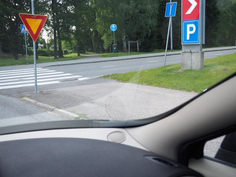 Kärkikolmio velvoittaa parkkipaikalta tielle ajavia väistämään. Jos alueen sisällä ei ole merkkejä, väylien risteykset ovat tasa-arvoisia.