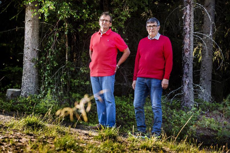 Kälviän Tarmon juoksijoiden SM-kultamitalit tulivat 1965-1968 maastojuoksun joukkuekilpailuista. Kuvassa Kaj Niemi (vas.) ja Jukka Maunula Kälviän kirkonkylän kuntoradalla.
