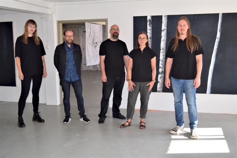Nature Morten taiteilijat vas. Nanna Ylönen, Bo Forsander, Joakim Finholm, Annika Bergvik-Forsander ja Aki Koskinen. Oikealla hänen maalauksensa ja taustalla eri huoneessa Bergvik-Forsanderin tekstiilejä.