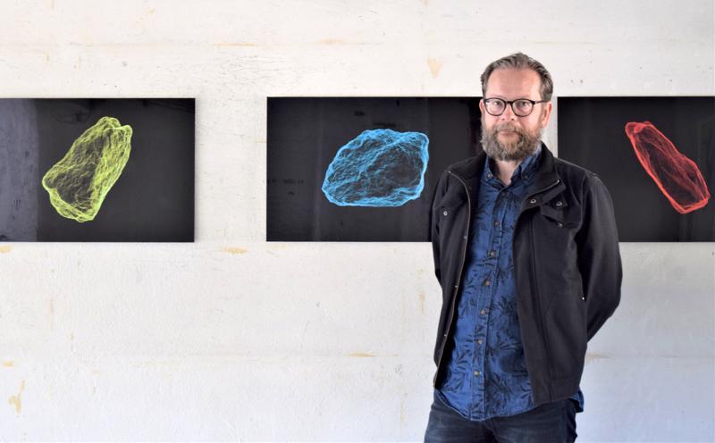 Bo Forsander muotoilee valokuvataiteessaan luontoa ja sen olemusta kolmiulotteiseksi. Kivet ovat saaneet myös tehostevärin.
