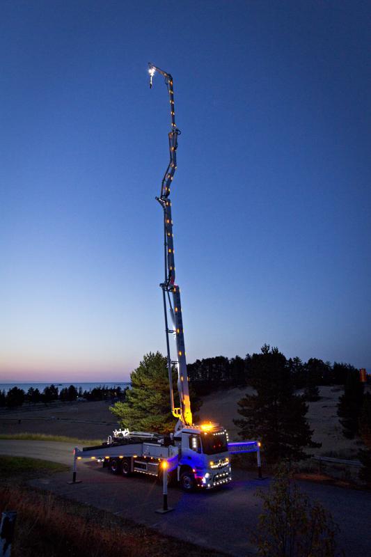 Kuljetus Vedenojan betonipumppuauton puomi nousee korkeimmillaan yli 40 metrin korkeuteen ja sitä koristaa yli 50 oranssia äärivaloa. Lisää valoja löytyy itse autosta. Auto on nähtävillä venetsialaisten Auton päivä -tapahtumassa Hiekkasärkillä lauantaina.