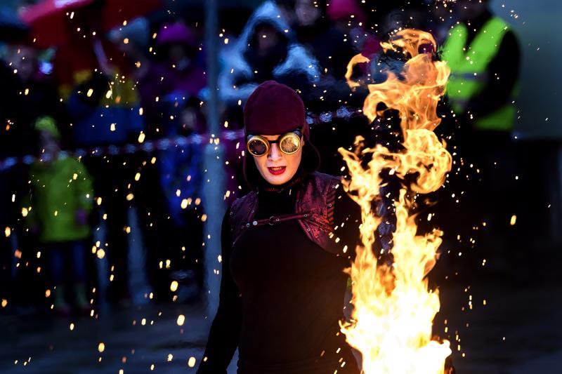 Taikatulet toi Sparks-tulishown torille vuonna 2017.Jutta Aalto on yksi ryhmän kolmesta esiintyjästä.