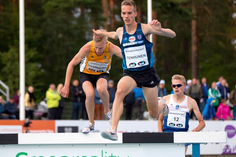 Miika Tenhusen päämatka on 3000 metrin esteet, tässä Kalevan kisoissa, jossa hän juoksi hopealle.