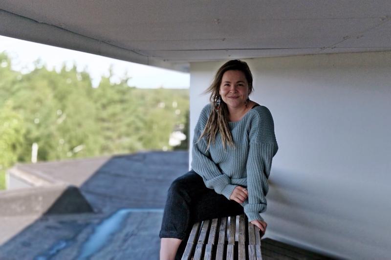 Ylimmässä kerroksessa sijaitsevan saunaosaston vilvoitteluparvekkeelta on hulppeat näkymät kaupungin ylle, ihastelee Anna Keskivinkka.