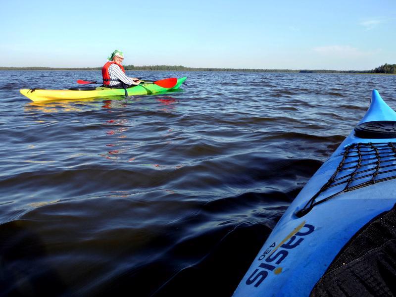 Osmanki on matala mutta laaja järvi. Matkaa Vaitiniemen rannasta Salmenojansuulle tulee yli 3 kilometriä.