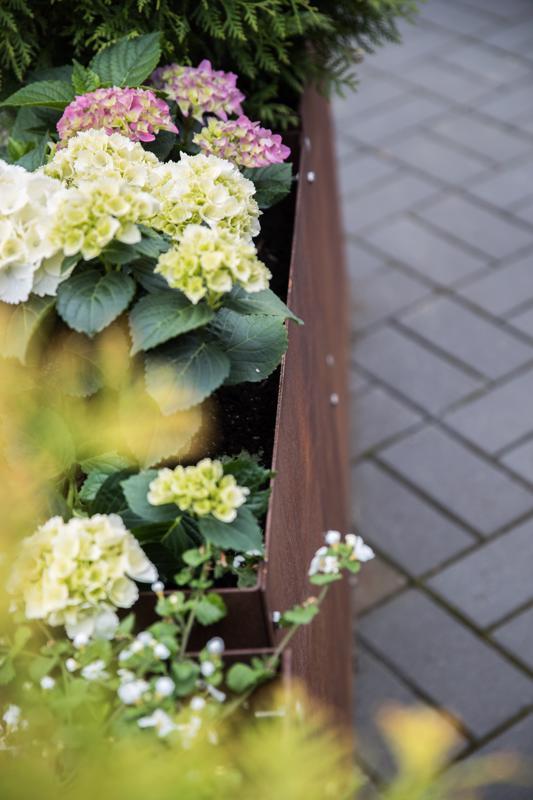 Ruosteisen ruskea on edukseen etenkin vihreän ja vaalean sävyjen kera.