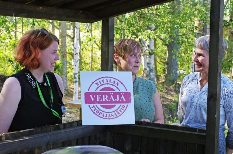 Maliskylällä tilaisuutta emännöivät Mari Vähäkangas Nivalan kaupungilta ja Tellervo Kivistö ja Minna Löfbacka Veräjä-hankkeesta.