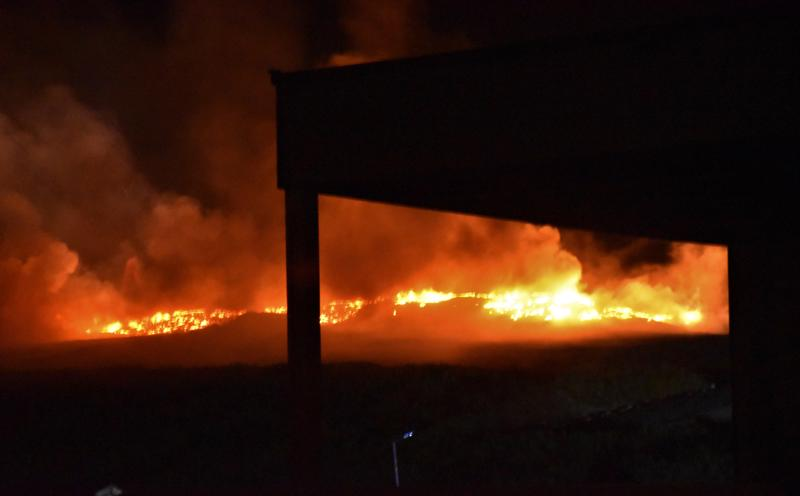 Tulessa on tuhansia renkaita ja sammutustyöt kestävät iltaan saakka.