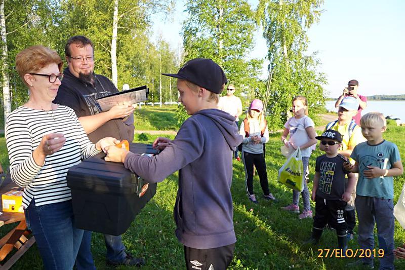 Vanhimpien sarjan voitti ja suurimman kalan sai Topias Autiola. Palkintoa luovuttamassa Seija Mäkinen.