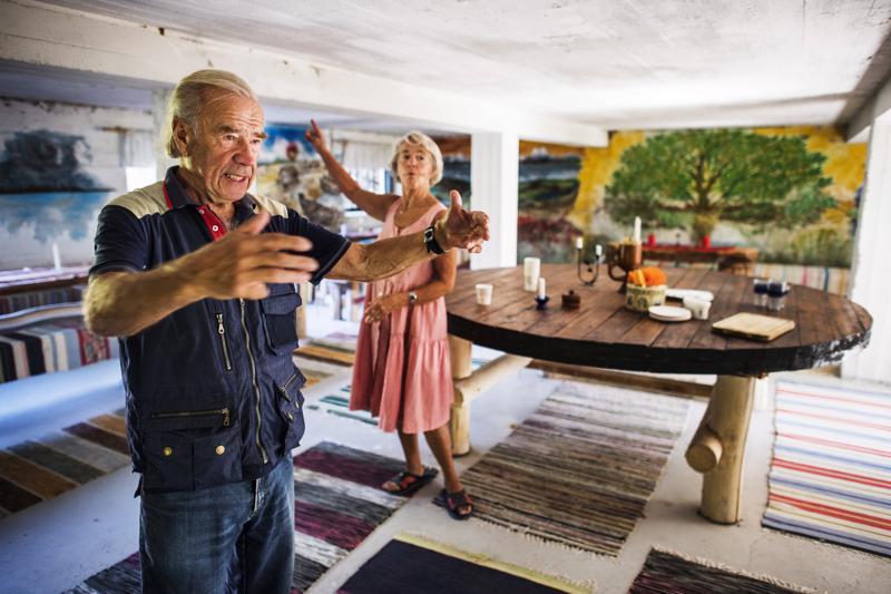 Antti ja Leena Komsi innostuvat kertomaan navettaan tehdyn juhlatilan tarinaa. Penkit ja pöydät ovat isännän käsityötaidon näytteitä, lattialla juoksevat emännän kutomat räsymatot ja seiniä peittävät tytärten tekemät maalaukset.