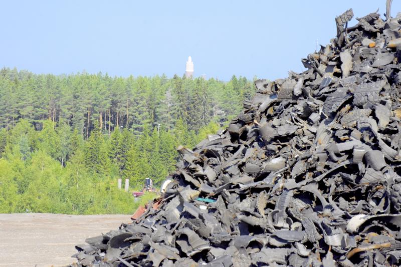 Autonrenkaista silputtua kumia käytetään kaatopaikan peitemateriaalina. Päälleen se saa vielä metrin verran maata.