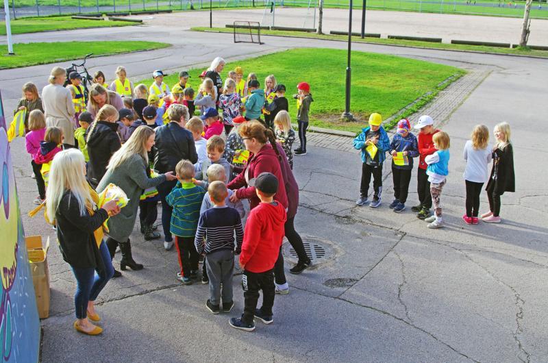 Heijastinliivin saavia ekaluokkalaisia oli Kyösti Kallion koululla kuutisenkymmentä.