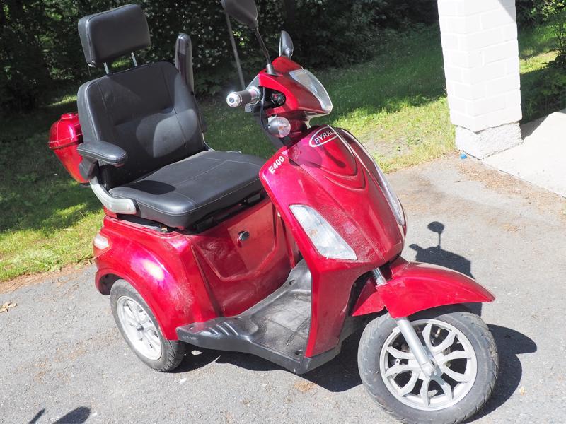 Pyrkijä-skootterin maksiminopeus on 25 kilometriä tunnissa. Sen paikka on pyörätiellä tai tien oikeassa reunassa.