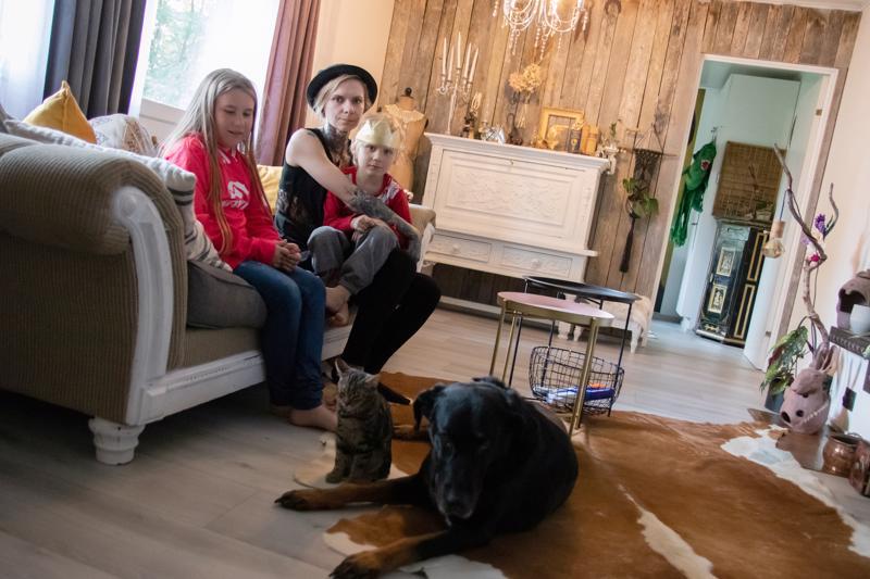 Heini Känsäkoski asuu Halkokarilla omakotitalossa lapsiensa Editan, 10, sekä Elielin, 4, kanssa. Lisäksi arkea ilahduttamassa on neljä kania, kaksi kissaa ja yksi koira.