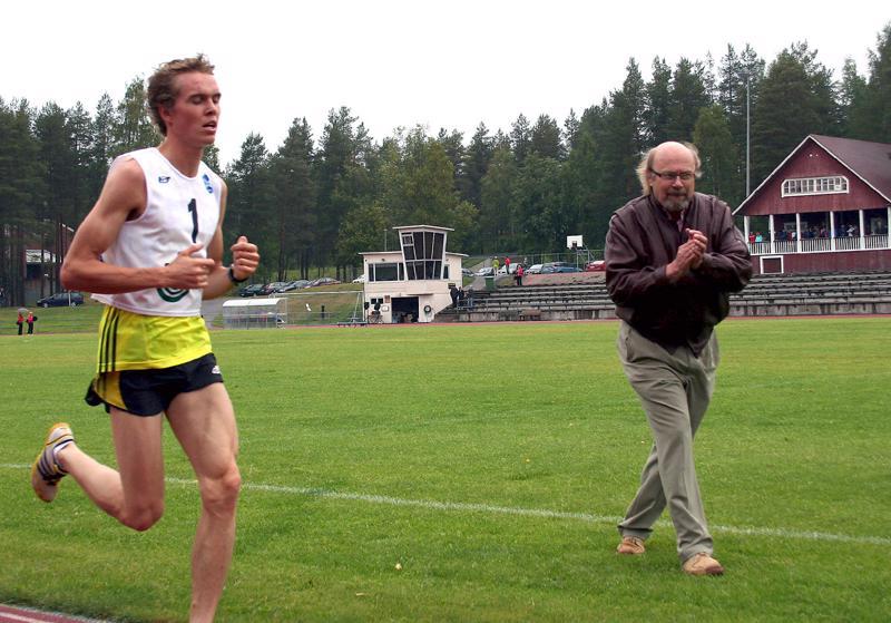 Juha Väänäinen kannusti kalajokista Tapani Kärjää 10000 metrin juoksun ja koko Haapaveden JuoksuCupin voittoon.