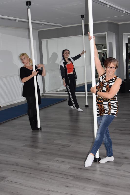 Uusissa tiloissa. Tanssi-ilmaisu AeroDance ry on muuttanut Tomujoen vanhalta koululta Himangan keskustaan. Tanssitangoissa Satu Roukala (vasemmalla), Tuula Torvi ja Iina Roukala.