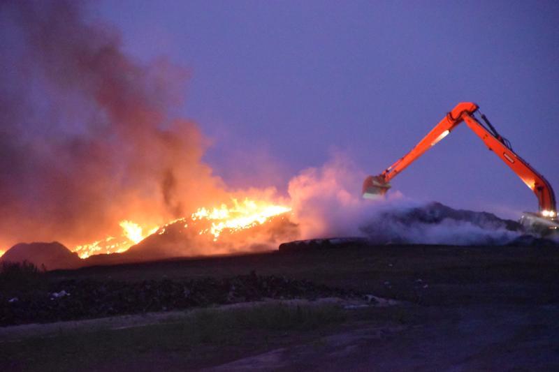 Pietarsaaren kaatopaikkapalo syttyi ilotulitteista. Jäterenkaiden palosta levisi vaarallista savua kaupungin keskustaan.