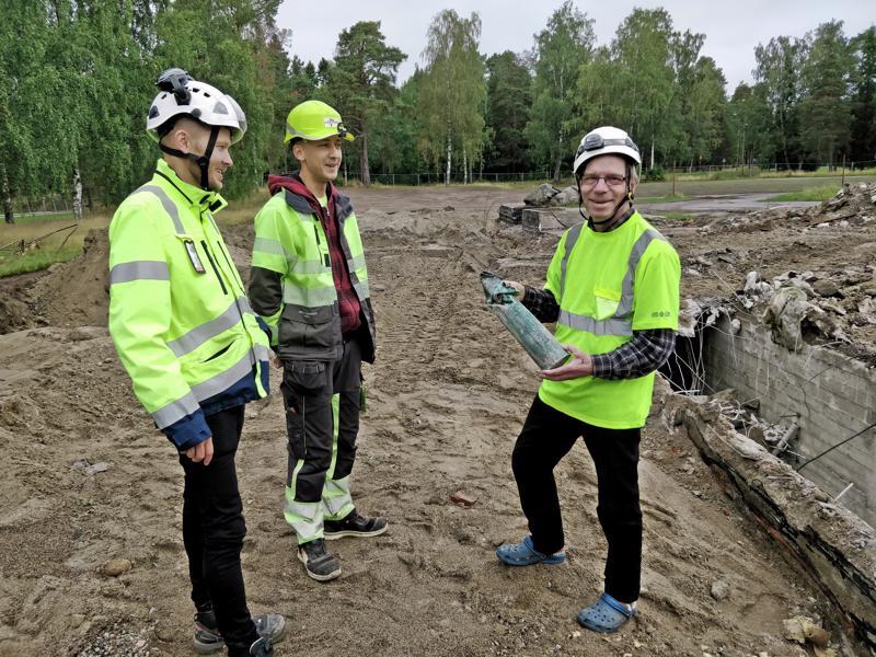 - Siinä se nyt vihdoinkin on, iloitsevat valvoja Niclas Häggblom, aikakapselin löytänyt kaivinkoneenkuljettaja Fredrik Nybacka ja Pursisalmiaktiivi Pertti Liikanen.