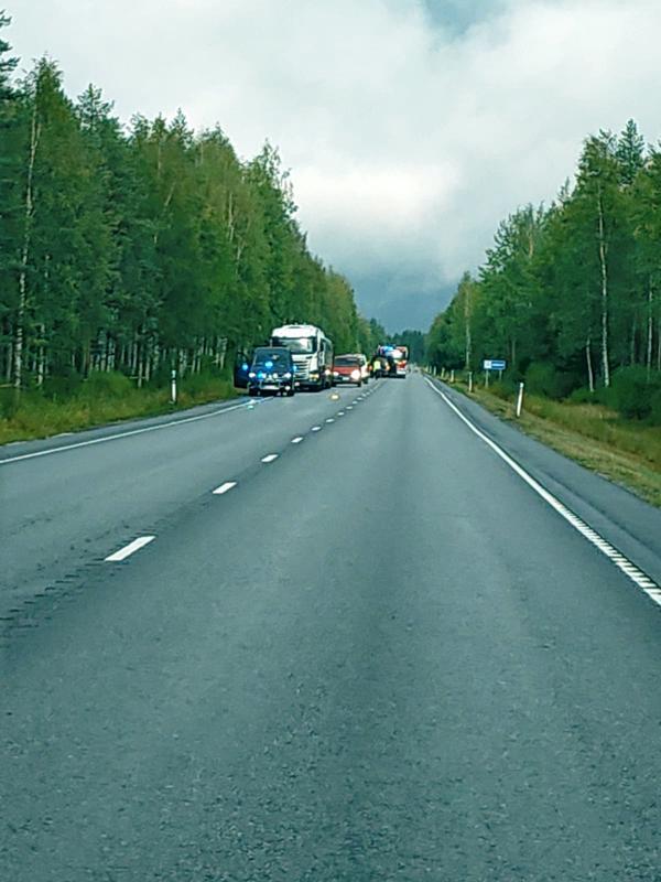 Kannuksen vakavassa liikenneonnettomuudessa oli osallisena rekka ja moottoripyörä. Pelastuslaitos ohjasi paikalla liikennettä.