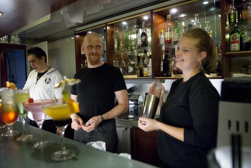 Linda Alkio ja Akseli Öljymäki opettelevat baarimikon hommia opettaja Mikko Esselin johdolla.