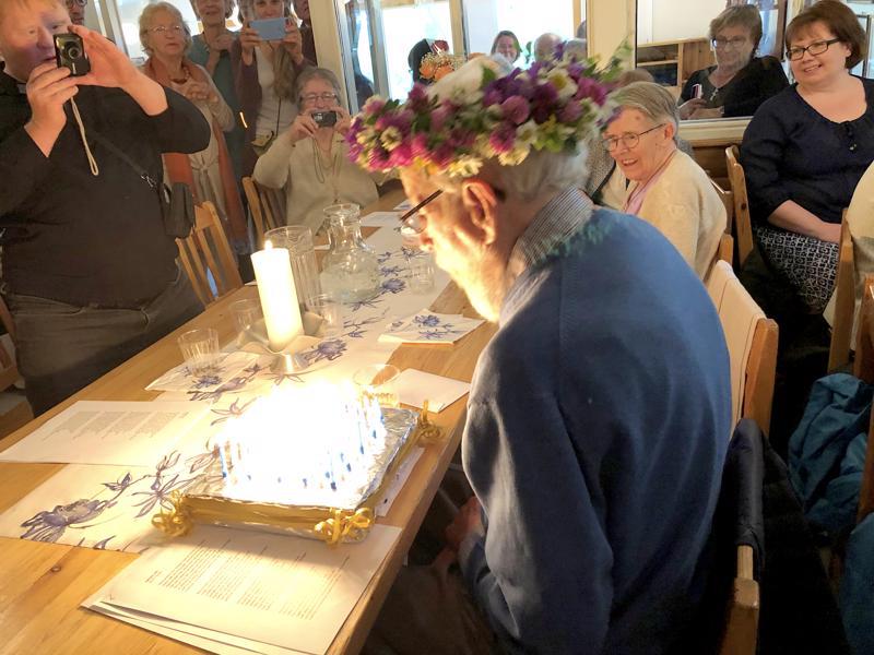 100 kynttilää koristi Arthur Kålan syntymäpäiväkakkua.