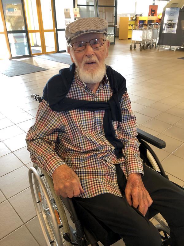 Arthur Kåla Kruunupyyn lentokentällä. Hän on tiettävästi vanhin koskaan tältä lentokentältä matkustanut henkilö.