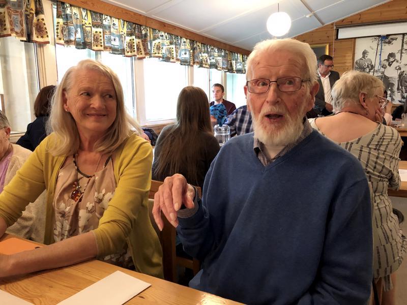 Arthur Kålan 100-vuotisjuhlaa vietettiin GIF:n hiihtomajalla. Kuvassa myös tytär Kristina.