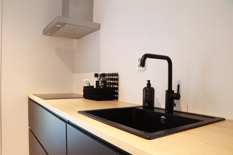 Keittiön liesi- ja vesipisteseinustalla on pelkästää alakaapit.