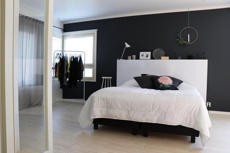 Vanhempien iso makuuhuone saatiin kaatamalla seinä kahden pikkuhuoneen väliltä.